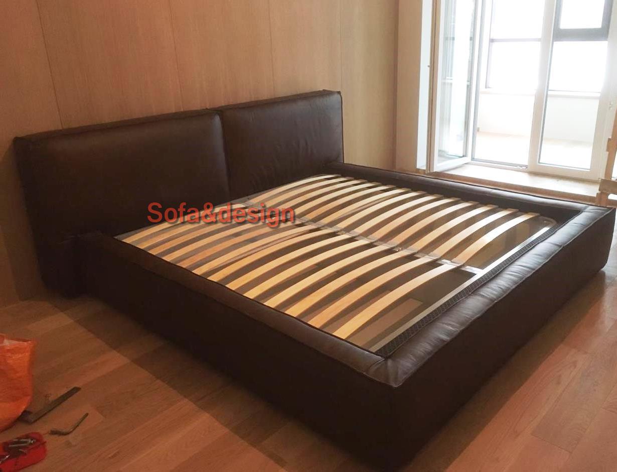 кровать большая коричневая